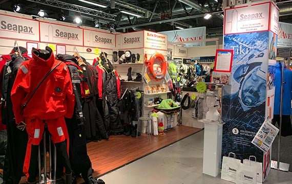 Seapax bild på mässa med torrdräkter och tekniska kläder